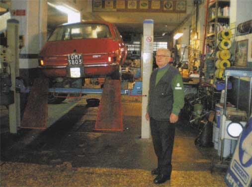 Michele Papurello nella sua officina, che oggi si dedica principalmente al restauro e manutenzione di auto storiche Innocenti e inglesi